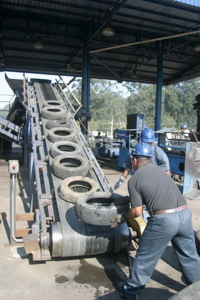 A indústria de calçados, entre muitas outras, utilizam o material reciclado dos pneus