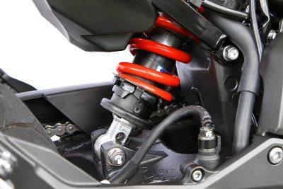 Suspensão traseira monoamortecida, conta com ajustes na pré-carga da mola e na compressão (parafuso preto)