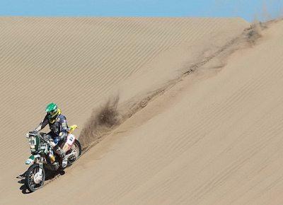 O estreante desce uma das inúmeras dunas do Atacama: prova priorizou a navegação
