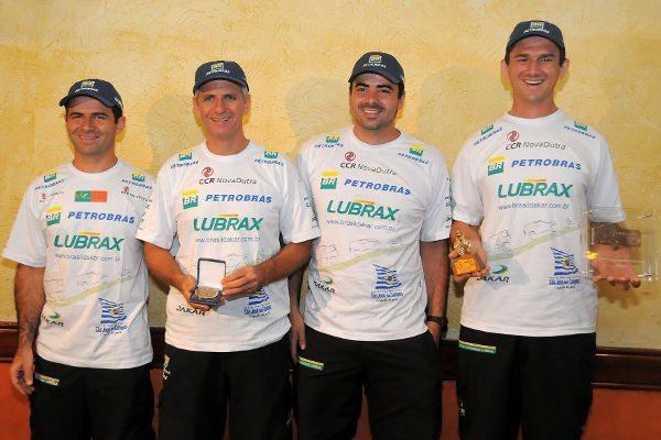 Jean Azevedo (esq.), André Azevedo, Maykel Justo (navegador do caminhão) e Denisio do Nascimento: troféus pequenos, mas enormes conquistas