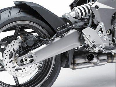 Suspensão traseira cede espaço para o escapamento sob a moto