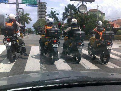Se fosse em São Paulo, estes guardas de trânsito do Recife (PE) estariam na faixa de retenção e não na faixa de pedestres