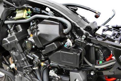 """O conjunto motor, muito compacto é estruturado junto com o grande """"backbone"""" de seção quadrada em alumínio"""