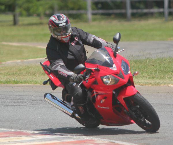 Ciclística bem resolvida com colaboração das boas suspensões e pneus
