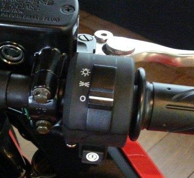Faltou corta-corrente que poderia estar no lugar do inútil interruptor do farol