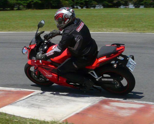 Uma esportiva com boas características para longos percursos pela confortável posição de pilotagem