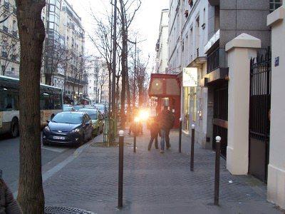 Péssimo exemplo em Paris: scooters estacionam e circulam livremente pelas calçadas