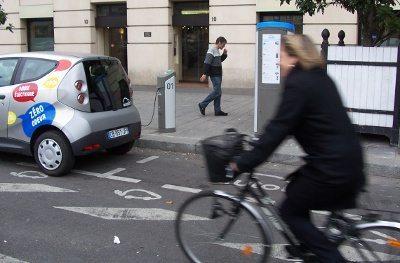 Muitas elegantes senhoras movimentam-se em bicicletas pela cidade