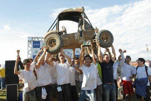 Em comemoração a vitória, estudantes da Poli USP erguem carro construído por eles