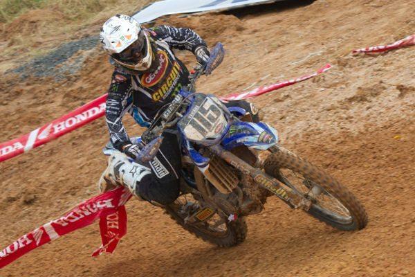 Carlos Campano, da Yamaha, venceu as duas baterias da MX Pró