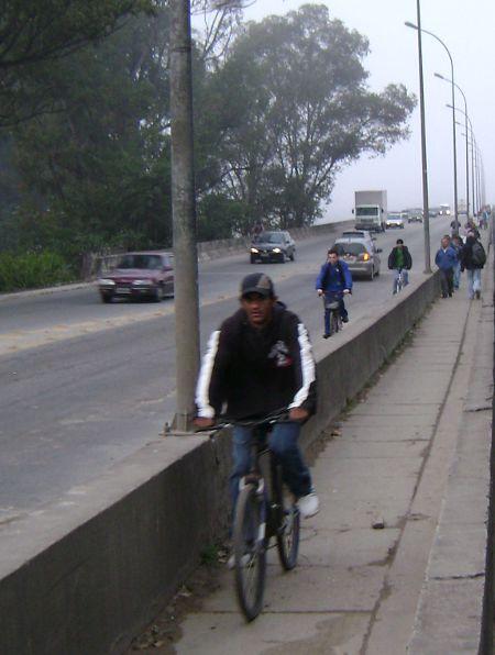 Periferia pela manhã: espaço inadequado para o trânsito de ciclistas e pedestres