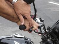 Esmagamento dos dedos na manopla do acelerador.