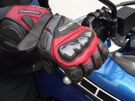 Utilização dos quatro dedos: frenagem mais defensiva