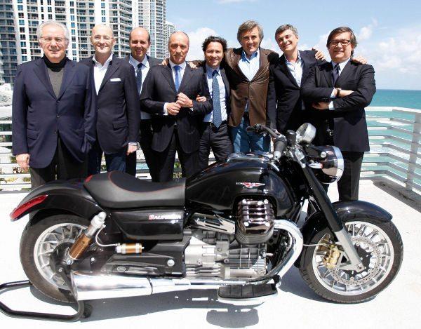 Os principais executivos da Piaggio com a novíssima Moto Guzzi California 1400: portas abertas para o futuro e as novas tecnologias