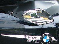 Engenhoso defletor de ar na posição aberto refresca bastante o condutor e garupa
