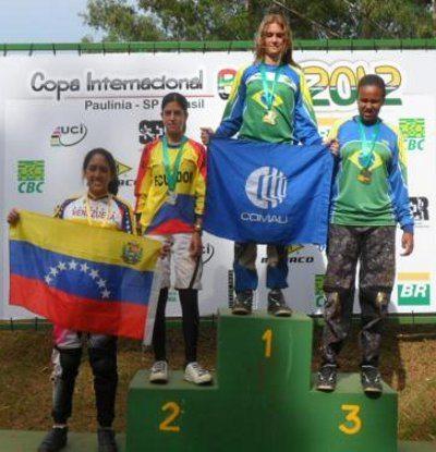 Thaynara no degrau mais alto do pódio: melhor brasileira da modalidade