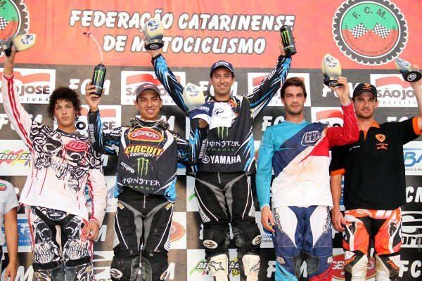 """Carlos Campano venceu a categoria MX1 com João """"Marronzinho"""" Paulino na segunda posição. Na MX2, Gabriel Gentil e João Ribeiro também subiram ao pódio"""