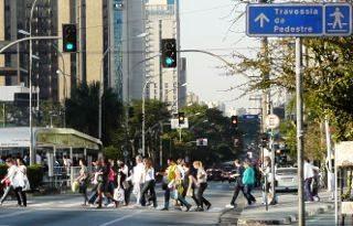 Note bem: semáforo fechado aos pedestres, mas estão todos na rua atravessando; você defende ou ataca?