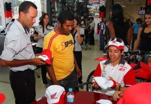 Pilotos da Equipe Honda Mobil participam de sessão de autógrafos nas concessionárias de Salvador (BA)