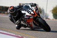 Corpo mais inclinado que a moto; curvas rápidas e de alta velocidade