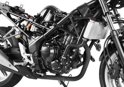O chassi da CBR 250R tem uma clara influência italiana, com uso de treliça; os braços que se fixam ao motor seguem a lógica da linha das esportivas da Honda atuais