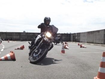 Corpo reto e moto inclinada; curvas mais fechadas