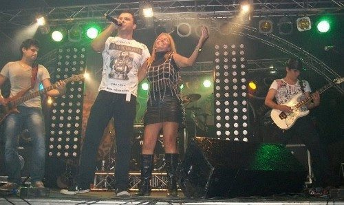 No evento de 2011, a alegria de Cristina no palco com o vocalista daFaixa Etária