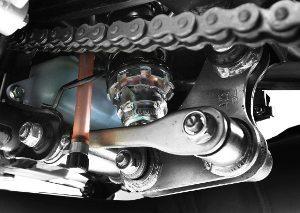 O amortecedor traseiro tem regulagem na pré-carga da mola