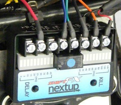O kit consiste em uma central de processamento, um sensor de pressão para colocar no pedal do câmbio e o chicote apropriado a cada moto