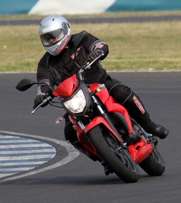 Next 250: piloto encaixa bem na moto e isso oferece muita segurança ao piloto em qualquer situação