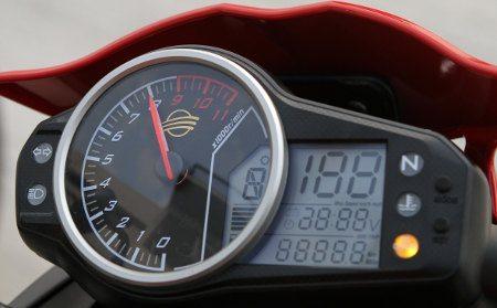 Painel: além dos indicadores de praxe, voltímetro, alerta de descanso lateral abaixado e aviso para troca de óleo