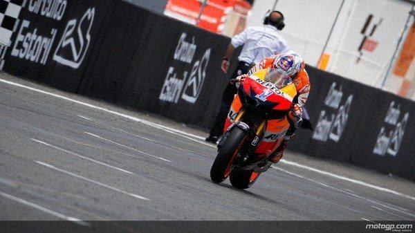Casey Stoner, da Repsol Honda, venceu duas vezes seguidas, tornando-se líder do campeonato de MotoGP™ com a vitória no Grande Prémio de Portugal Circuito Estoril.