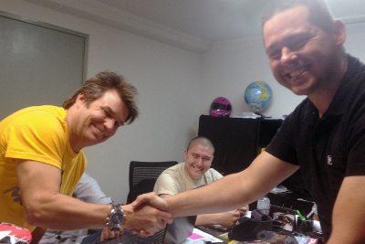 Troy Lee e Marlon Bonilha fecham acordo na sede da Pro Tork, em Siqueira Campos (PR)
