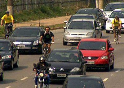 Ciclistas no trânsito precisam respeitar regras e usar equipamentos de segurança