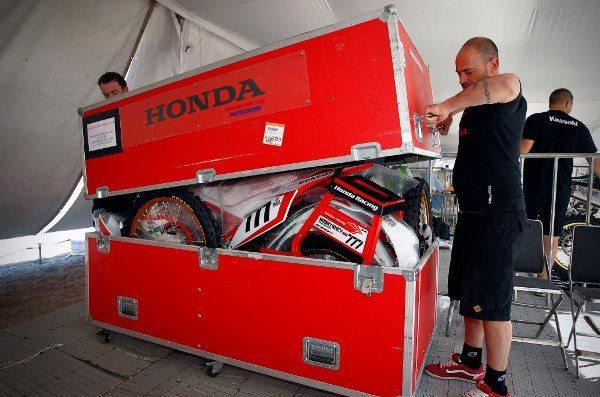 Equipe Honda de malas prontas