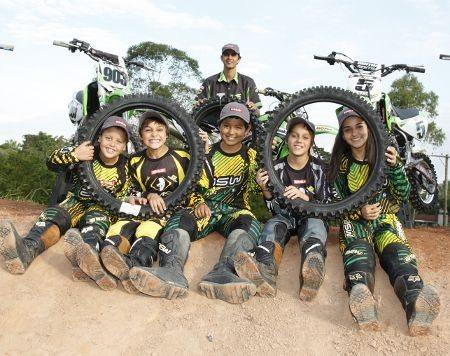 Kaphê com os jovens pilotos Green Kids Kawasaki