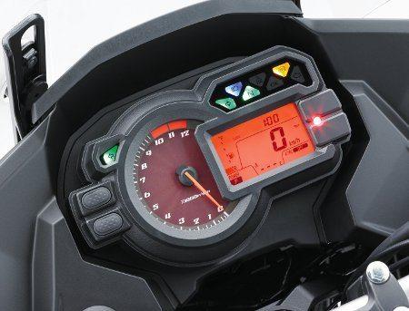 Painel moderno e funcional, como tem que ser nesta categoria de motos