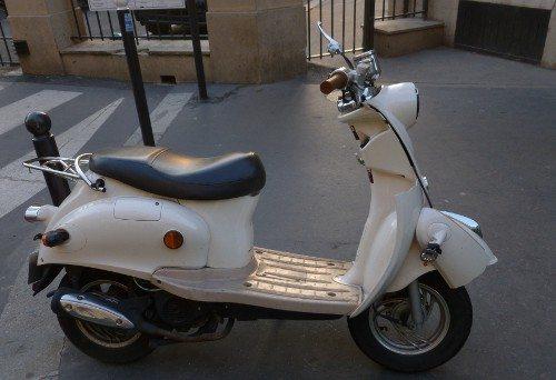 Scooter abandonada em rua próximo a Trocadero, Paris