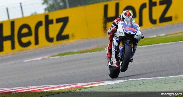 Jorge Lorenzo, da Yamaha Factory Racing, conquistou disputada vitória na excitante corrida de MotoGP™ no Hertz Grande Prémio de Inglaterra, em Silverstone, à frente Casey Stoner e Dani Pedrosa.