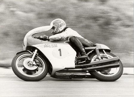 Giacomo Agostini em uma de suas inúmeras vitórias com a MV Agusta