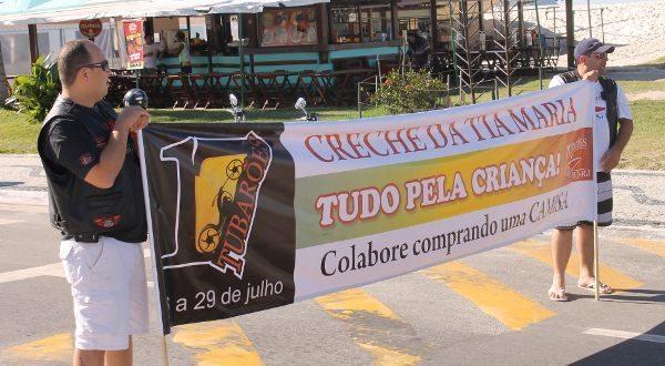 """Neste domingo, véspera do Bikerfest, os Tubarões fizeram um """"pedágio"""" na Praia do Forte para vender 200 camisas do Bikerfest"""