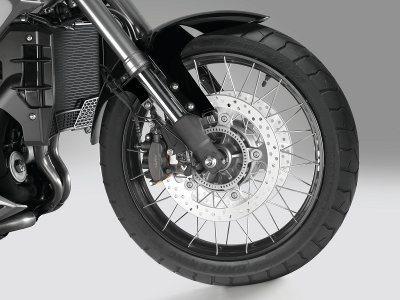 Freios poderosos com C-ABS em rodas raiadas e pneus sem câmera