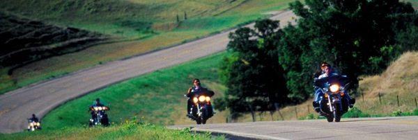Não se engane com esta foto; ela foi feita nos EUA, onde alguns estados não obrigam motociclistas a utilizarem capacete; Mas o bom senso recomenda usar capacete em qualquer ocasião, inclusive viagens