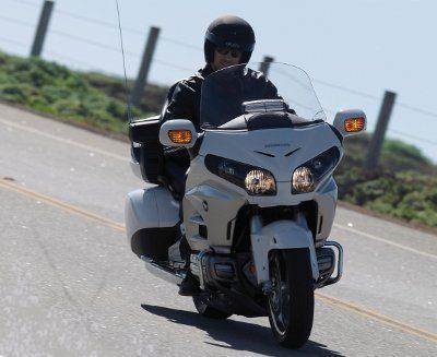 A frente ganhou novos faróis que podem ser regulados conforme a carga da motocicleta