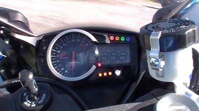 Painel completo, com tacômetro analógico e mostrador multi função em LCD