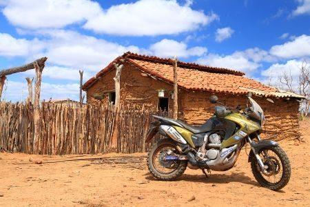 Motocicleta Honda Transalp XV 700 do repórter fotográfico Idário Café em paisagem típica do Rally dos Sertões
