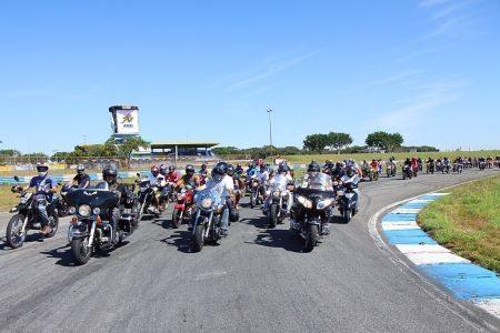 Oportunidade de andar de moto na pisa de Goiânia