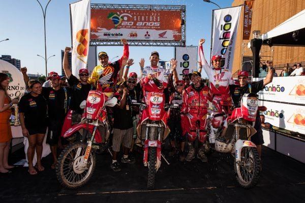 Nielsen Bueno (esquerda) com os amigos Zanol (centro) e Dário Júlio (direita) no pódio do Rally dos Sertões