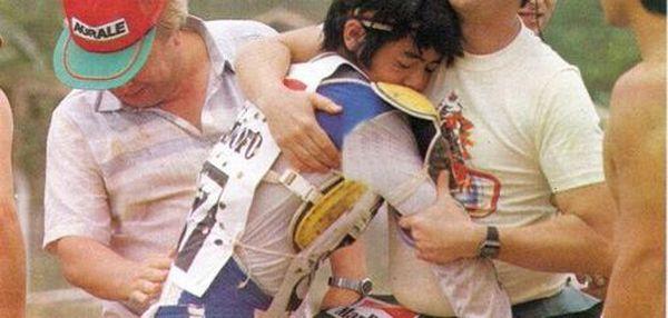 Saçaki ainda garoto, chorando, por ter o eixo trazeiro quebrado enquanto liderava uma prova em Curitiba