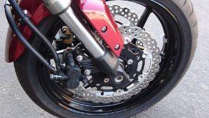 Frenagem segura e uma sensação de que a moto não vai desalinhar ou se descontrolar facilmente
